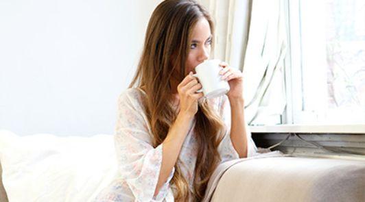 Frau beim Tee trinken