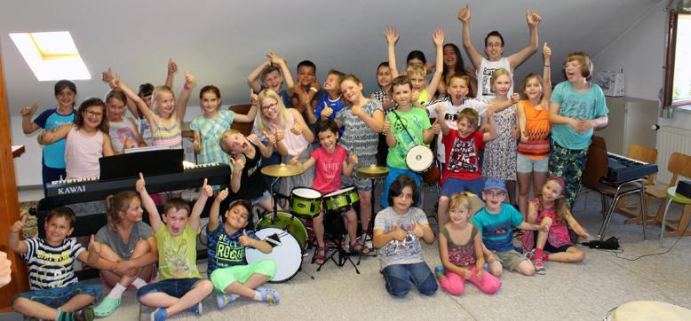 Stolz präsentieren die Schüler der Herzbergschule aus Gelnhausen-Roth in 2017 ihre neuen Instrumente.