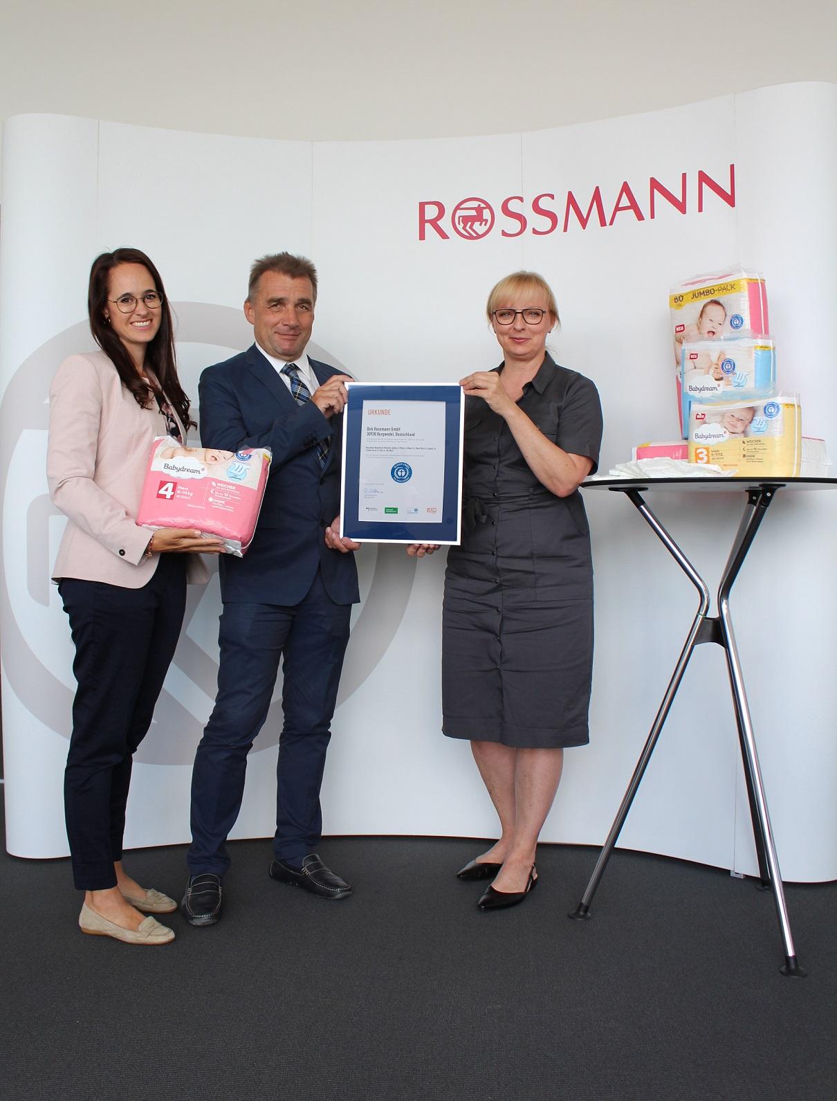 Die Windeln der ROSSMANN-Marke Babydream sind mit dem Blauen Engel ausgezeichnet. Im Bild: (v. l.) Michaela Held (Teamleitung Babydream Windeln und Pflege), Henning Scholtz (Leiter Bereich Umweltzeichen bei RAL Umwelt) und Sandra Lorenz (Geschäftsleitung ROSSMANN-Eigenmarken).